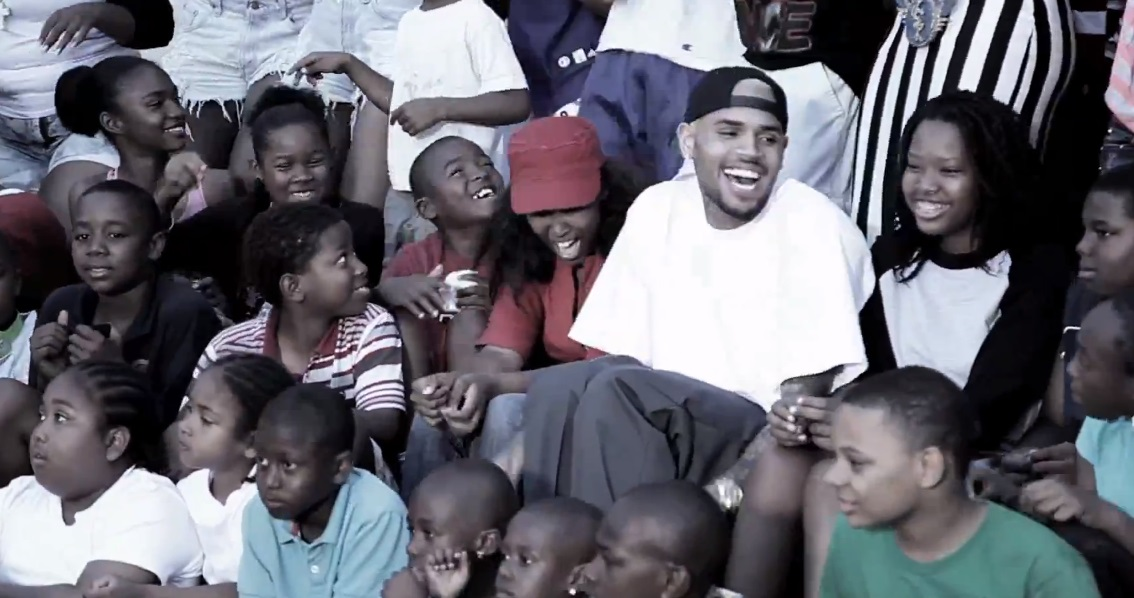 "Chris Brown muestra la grabación del vídeo de ""They Don't Know"" con Aaliyah"